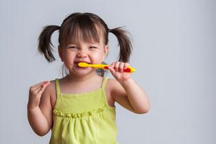 nena-lavandose-dientes