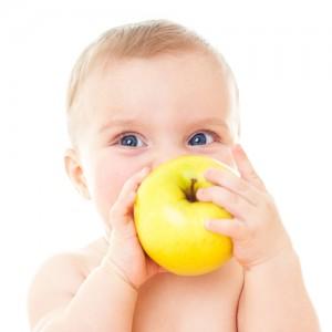 bebe_comiendo_fruta