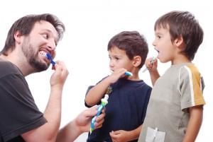 ¿Cuándo deben empezar los niños a lavarse los dientes?