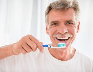 Me han puesto implantes dentales, ¿cómo los puedo cuidar?